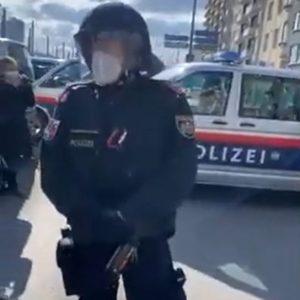 Demonstranten greifen Polizeiabsperrung an - Pro Polizei Wien
